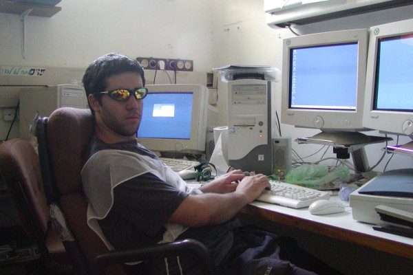 עורך האתר במשרד שלו בזמן הלימודים במכון לב